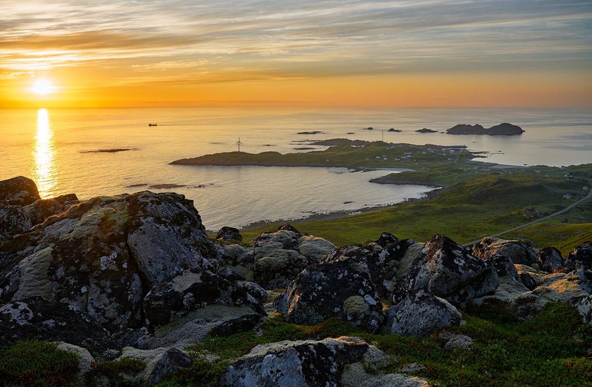 Bilde av utsikt fra et fjell ut mot havet