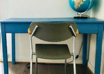 Bilde av stol, bord, og globus